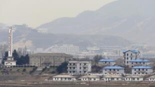 O complexo industrial intercoreano de Kaesong, logo atrás do vilarejo de Gijungdong