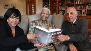 Nelson Mandela (C) pose avec sa fille Zindzi (G) et Ahmed Kathrada (D), ancien prisonnier politique, le 11 octobre 2010