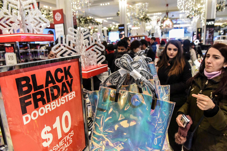 Des Américains profitent des prix du Black Friday pour faire leurs courses à New York, le 23 novembre 2018 美國紐約 2018年11月23日 黑色星期五購物日