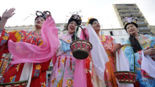 巴黎华人女青年庆祝羊年新春2015年2月22日