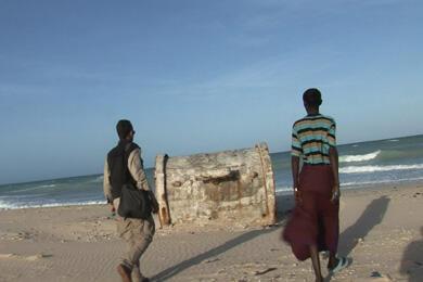 D'étranges fûts sur les côtes somaliennes après le tsunami du 26 décembre 2004.