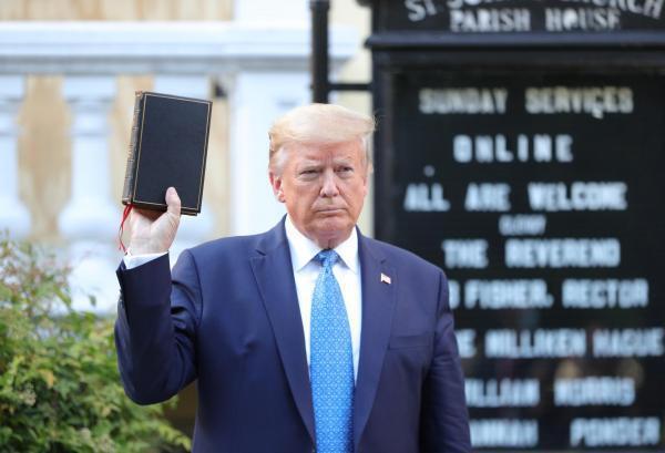 Tổng thống Mỹ Donad Trump, với cuốn Kinh Thánh trên tay, tại nhà thờ Thánh John, sau buổi họp báo đặc biệt ngày 01/06/2020, về  cuộc bạo động bùng lên khắp nước Mỹ, sau cái chết của người da den George Floyd.