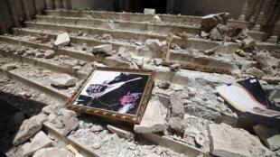 Un retrato del rey Salman de Arabia Saudita a la entrada de un centro cultural saudita en Sanaa, en Yemen, tras los bombardeos sobre un cercano depósito de armas, el 21 abril 2015.