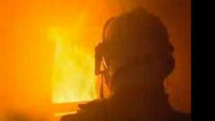 Новый комбинезон для пожарных стоит в три раза дороже обычного, но им уже интересуются службы ряда стран Европы.