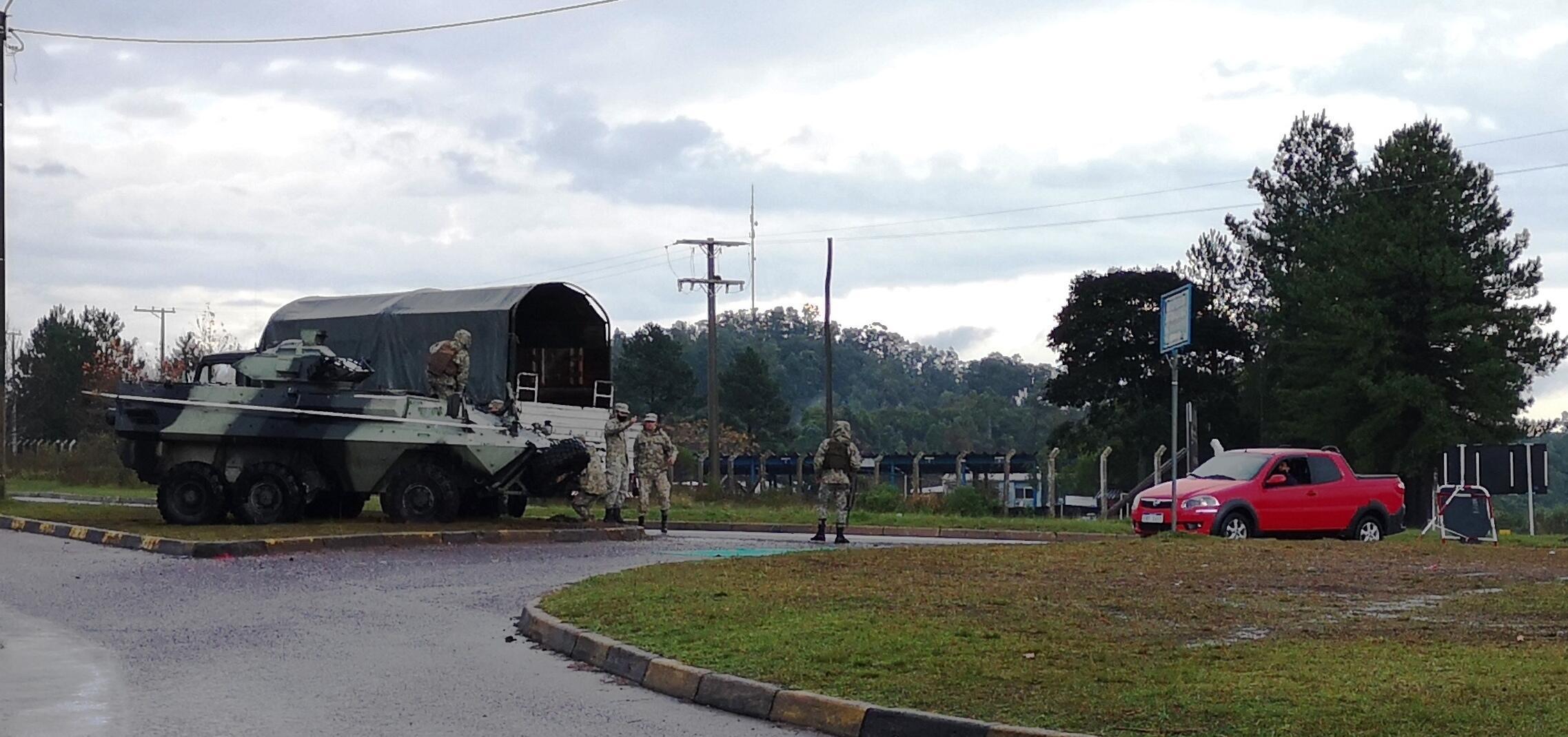 Militarem uruguaios controlam veículos que entram e saem de Rivera
