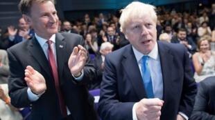 Ngoại trưởng Jeremy Hunt chúc mừng ông Boris Johnson sau khi thông báo kết quả bầu tân chủ tịch đảng Bảo Thủ tại trung tâm Queen Elizabeth II ở Luân Đôn, ngày 23/07/2019.