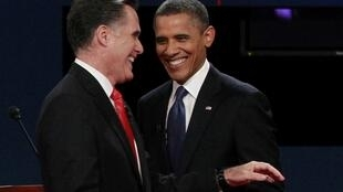 Barack Obama et Mitt Romney à l'issue du premier débat présidentiel à Denver, le 3 octobre 2012.