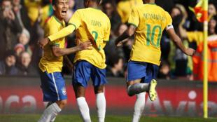 Firmino (à esq.) comemora o gol que deu a vitória para o Brasil por 1 a 0 contra o Chile, neste domingo (29/03), em Londres.