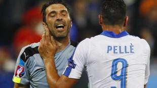 Mlinda mlango wa Italia, Gianluig Buffon akimpngeza Graziano Pelle baada ya kuipatia timu yake bao la pili dhidi ya Ubelgiji 13 june 2016