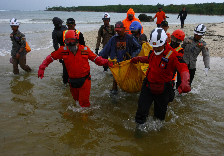 Pandeglang, sur l'île de Java (Indonésie). Les secours sont toujours mobilisés pour récupérer les corps ou veir en aide aux nombreuses victimes du tsunami du 22 décembre.