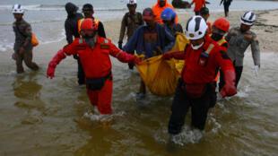 Equipas de socorro ajudam sobreviventes em Java do tsunami de 22 de dezembro.