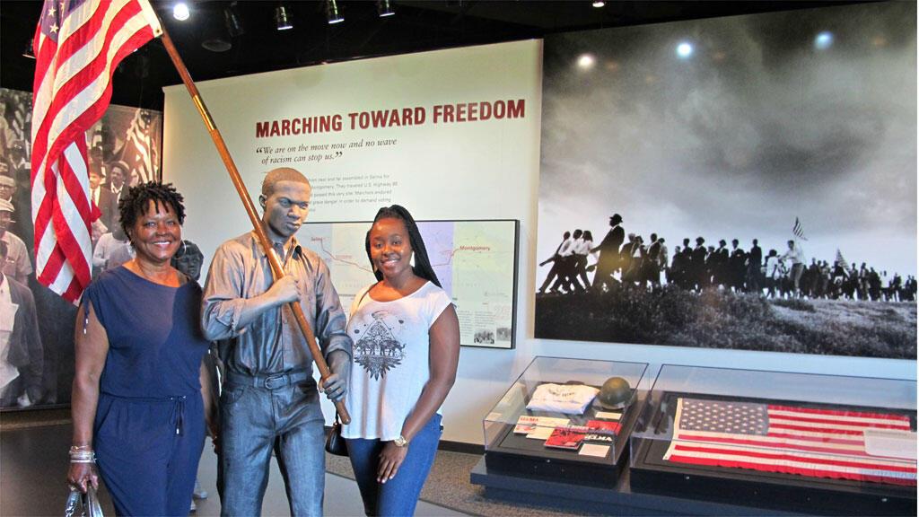 Tyra Watkins et sa grand-mère en visite au Centre d'interprétation de Lowdes, situé sur le sentier historique de Selma à Montgomery qui rend hommage à la Marche pour le droit de vote de 1965.