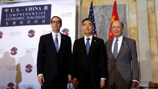 Bộ trưởng Tài Chính Mỹ  Steve Mnuchin ( trái ), bộ trưởng Thương Mại Wilbur Ross ( phải ) và Phó thủ tướng Trung Quốc Uông Dương ( giữa ) tại Washington ngày 19/07/2017.