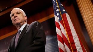 O Senador republicano John McCain, durante a conferência de imprensa do dia 27 de Julho
