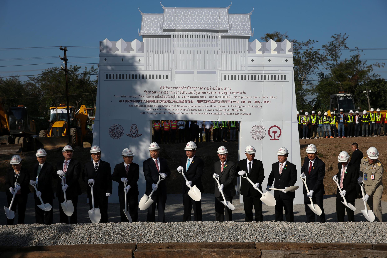 泰國總理巴育(中)與中國政府代錶王曉濤(中左)2017年12月21日在泰國東北部呵叻府巴衝縣出席中泰鐵路合作項目動工儀式。
