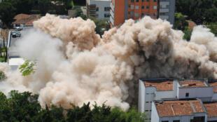 L'immeuble Monaco de Pablo Escobar dans le quartier huppé de Poblado, à Medellin, au moment de sa démolition.
