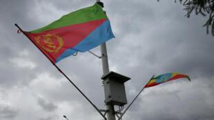 Les drapeaux éthiopien et érythréen flottent lors de l'arrivée du ministre érythréen des Affaires étrangères, Osman Saleh, à l'aéroport international de Bole, à Addis-Abeba, en Ethiopie, le 26 juin 2018.