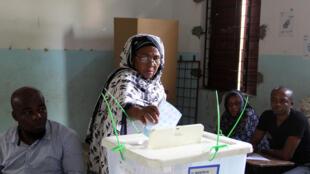 Opération de vote à Moroni, aux Comores, lors du second tour de l'élection présidentielle, le 10 avril 2016.