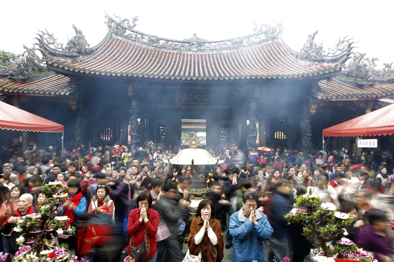 Người  Đài Bắc đi chùa ngày mùng một Tết . Ảnh ngày 10/02/2013
