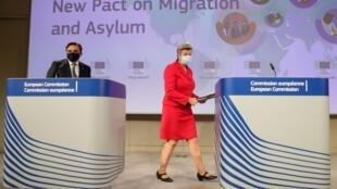 Le vice-président de la Commission européenne Margaritis Schinas et la commissaire européenne aux Affaires intérieures, Ylva Johansson, à Bruxelles, le 23 septembre 2020.