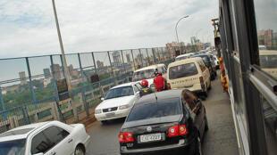 Carros transitam pela Ponte da Amizade, em Ciudad del Leste, na fronteira com o Brasil.