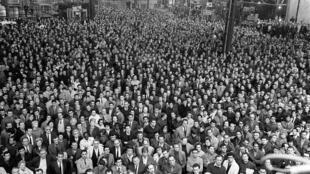 Les ouvriers grévistes de la Régie Renault qui occupent leurs usines depuis la veille écoutent le discours d'un responsable de la CGT à Boulogne-Billancourt le 17 mai 1968.