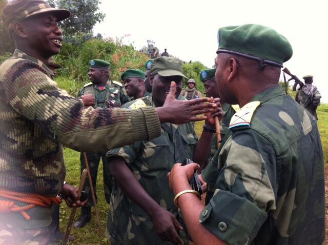 Officiers (à gauche, le colonel Mamadou) et membres de l'armée congolaise se félicitent de cette victoire historique sur le m23.