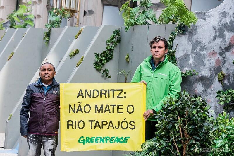 Cacique-geral Arnaldo Kaba Munduruku e Danicley de Aguiar, da Campanha da Amazônia do Greenpeace, seguram faixa em protesto à construção de hidrelétricas no rio Tapajós.