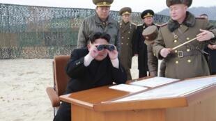 Le leader nord-coréen Kim Jong-Un, lors d'exercices militaires, en décembre 2014.
