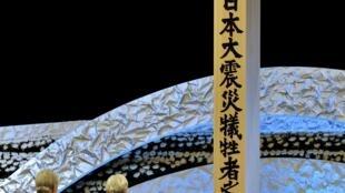 Thiên Hoàng Nhật Bản và Hoàng Hậu chia buồn tại khu tưởng niệm nạn nhân thảm họa 11/03/2011, Tokyo, Nhật Bản, 11/03/2012