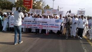 Une marche blanche contre les violences faites aux femmes à Dakar, mardi 27 novembre 2012.