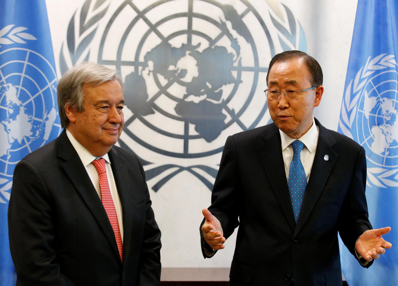 Katibu Mkuu mpya wa Umoja wa Mataifa, Antonio Guterres (kushoto) akiwa pamoja na mtangulizi wake Ban Ki-moon. New York, Oktoba 16, 2016.