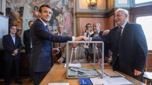 Tổng thống Phá Emmanuel Macron bỏ phiếu bầu Quốc Hội mới tại Le Touquet ngày 11/06/2017.