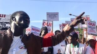 Plus de dix partis de l'opposition ont manifesté vendredi pour demander notamment une élection présidentielle transparente.