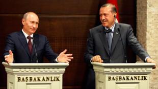 Le Premier ministre russe Vladimir Poutine (g) et son homologue turc Recep Tayyip Erdogan, lors de la conférence de presse ayant suivie la signature des accords entre les deux pays, le 6 août.