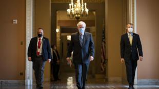 El líder de la minoría republicana en el Senado de EEUU, Mitch McConnell (C), deja su oficina y camina hacia el recinto del Senado en el Capitolio, el 2 de febrero de 2021, en Washington, DC.