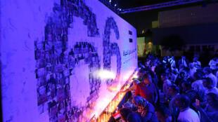 به یاد ٦٦ قربانی سانحه، مصریها در مقابل تالار اپرای قاهره شمع روشن کردند