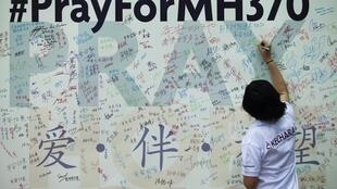马来西亚吉隆坡居民在马中友协门前大幅纪念失联飞机乘客墙报上留言。