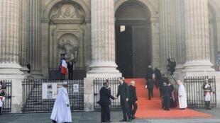 Antigo Presidente moçambicano, Joaquim Chissano, recebido pelo primeiro-ministro francês Édouard-Philippe antes da cerimónia solene a Jacques Chirac