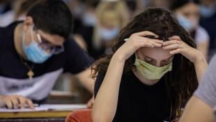 En Serbie, l'annonce de la fermeture des cités universitaires par le président Aleksandar Vucic, jeudi 2 juillet ,a provoqué la colère des étudiants qui sont actuellement en examen (photo du 30 juin 2020, Belgrade)