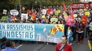 Khoảng 10 ngàn người biểu tình vào hôm qua, 22/10/2017, tại Berlin để chống nạn phân biệt chủng tộc và phản đối đảng cực hữu AfD có dân biểu tại Quốc Hội.