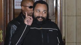 Le polémiste Dieudonné à sa sortie de l'audience au palais de justice de Paris où il comparaissait pour apologie du terrorisme, mercredi 4 février.