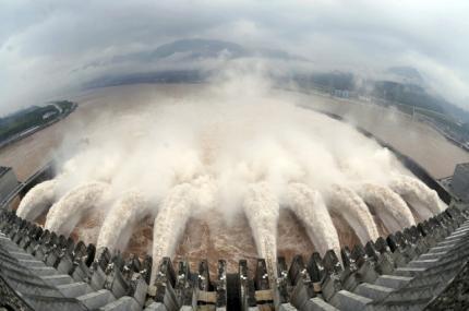 長江水位升高令人擔心會爆發大洪水。這是長江三峽大壩7月20日泄洪的情景。
