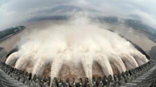 长江水位升高令人担心会爆发大洪水。这是长江三峡大坝7月20日泄洪的情景。