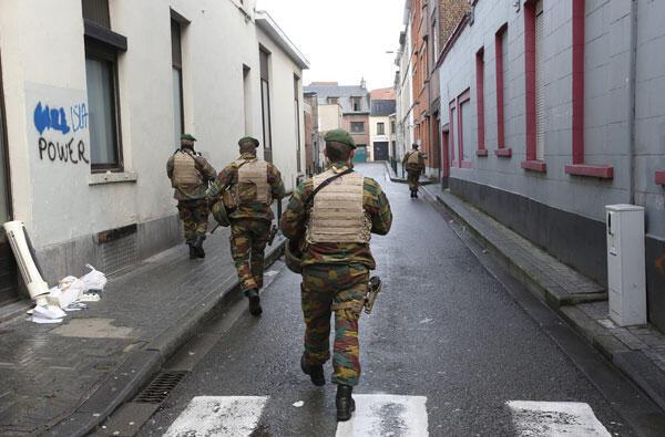 Бельгийские военные в пригороде Брюсселя Моленбек, 22 ноября 2015.