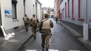 Des soldats belges patrouillent dans les voisinnage de Molenbeek à Bruxelles, le 22 novembre 2015.
