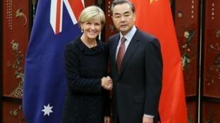 Ngoại trưởng Úc Julie Bishop bắt tay người đồng nhiệm Trung Quốc Vương Nghị trong chuyến thăm Bắc Kinh, ngày 17/02/2016.