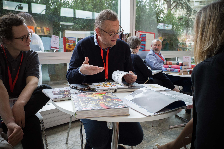 Conversation d'éditeur étranger avec une auteure gastronomique.