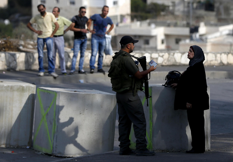 以色列警察在检查一名巴勒斯坦妇女的身份 2015. 10 19