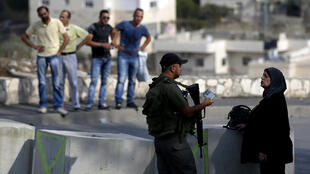 以色列警察在檢查一名巴勒斯坦婦女的身份 2015. 10 19